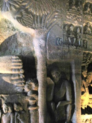 仏陀涅槃像のアーナンダ像(アジャンタ第26窟)