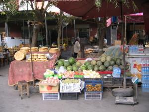 果物の街頭販売(ウパール村)