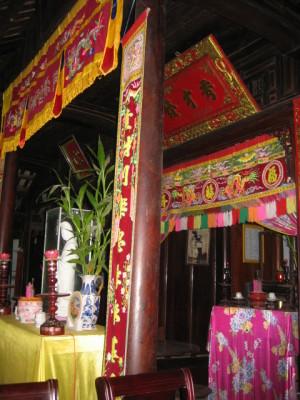 家屋の中央にある先祖を祀る祭壇