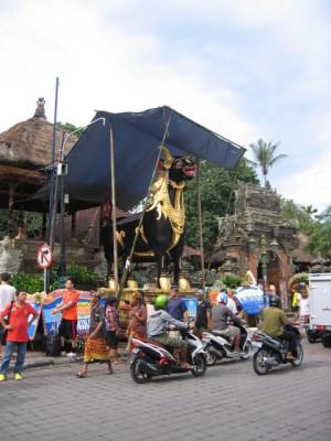 バリ島 葬式準備 棺を納める聖牛