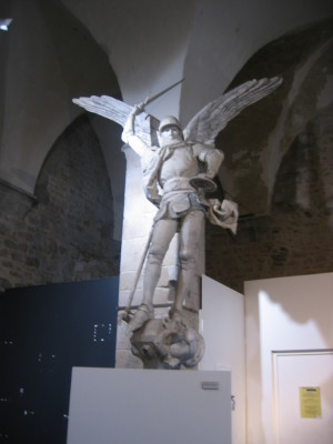 貯蔵書の大天使ミカエル像