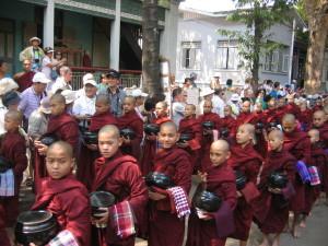 アマラプラ マハーガンダーヨン僧院の修行僧