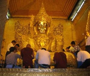 マンダレー マハムニ寺院 ブッダ
