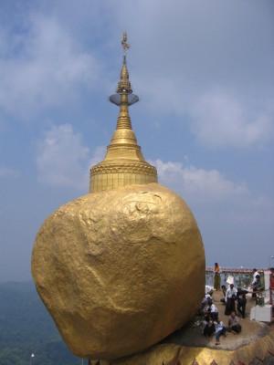 チャイティーヨー ゴールデンロックの仏塔