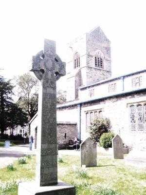 ウィンダミア湖 バウネス セントマーチン教会 ケルト十字