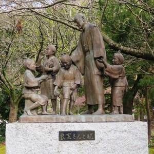良寛禅師と毬(国上 朝日山公園)