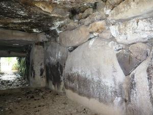 高崎市観音塚古墳  玄室左側の石壁