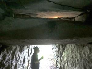 高崎市観音塚古墳  玄室と羨道境梁石の隙間